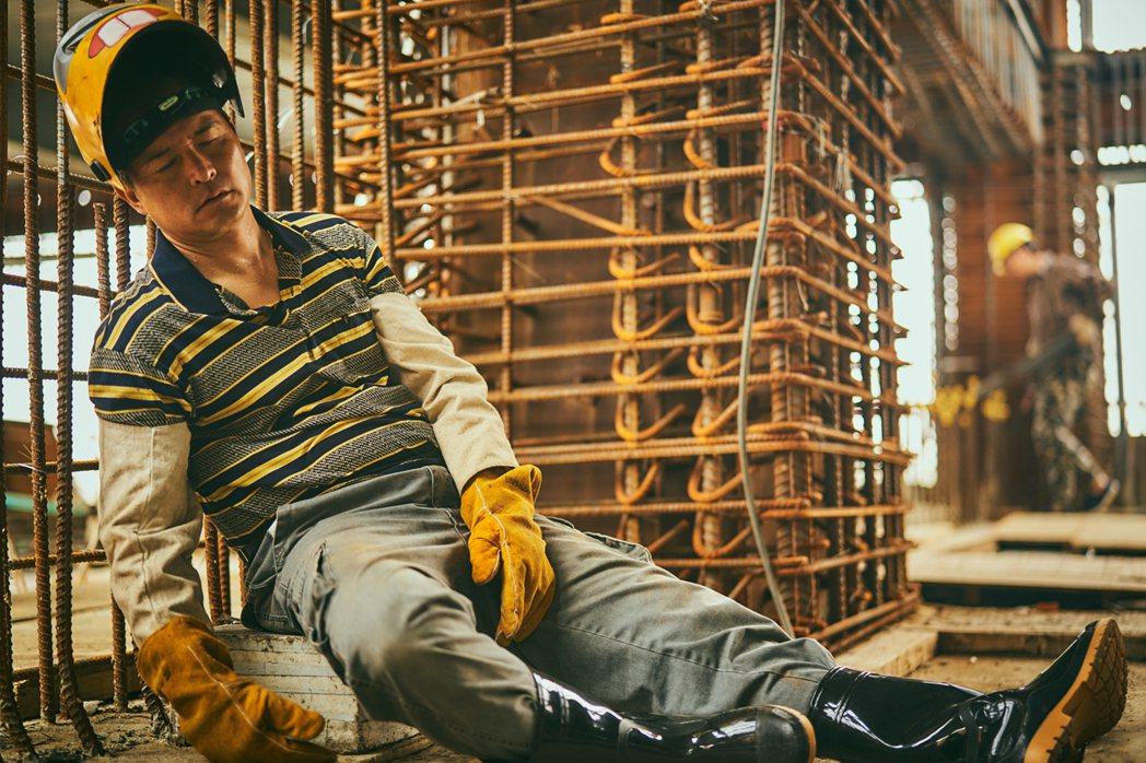 李銘順在劇中詮釋因職業病纏身的鐵工操勞模樣。圖/大慕影藝提供