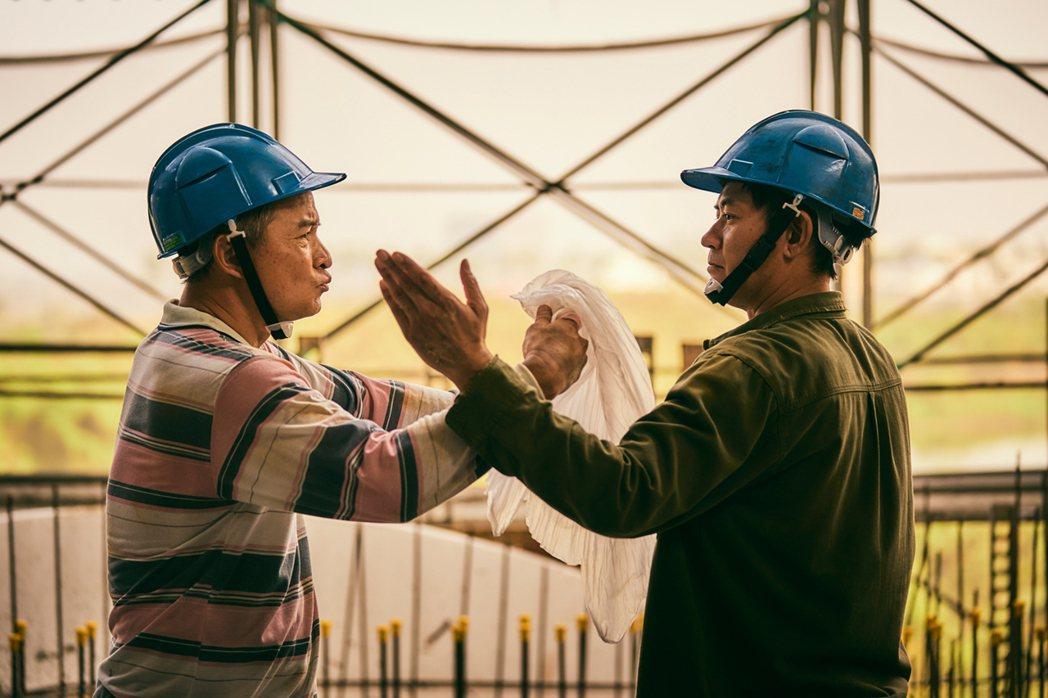 李銘順(左)與柯叔元在工地即興演布袋戲過招。圖/大慕影藝提供