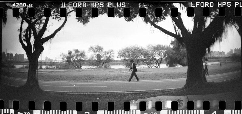 在練習打燈的河濱公園散步時,用135底片拍攝的照片。攝影/林予晞