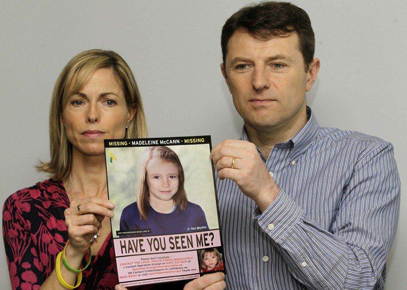 麥侃夫婦多次上電視懇求各界提供有關女兒的線索,圖為2012年兩人手持瑪德琳照片。(美聯社)