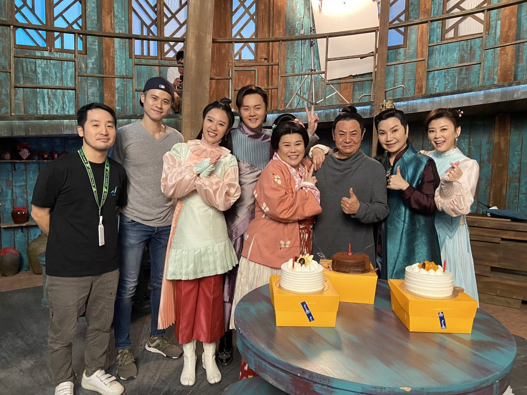 林美秀(中)過生日,「孟婆客棧」劇組演員方馨(右起)、唐美雲、蔡振南、許富凱、方