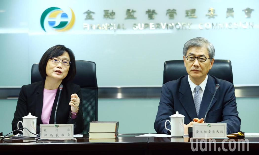 針對刷卡使用振興三倍券的方式,金管會銀行局局長邱淑貞(左)表示,回饋的2千元可以...