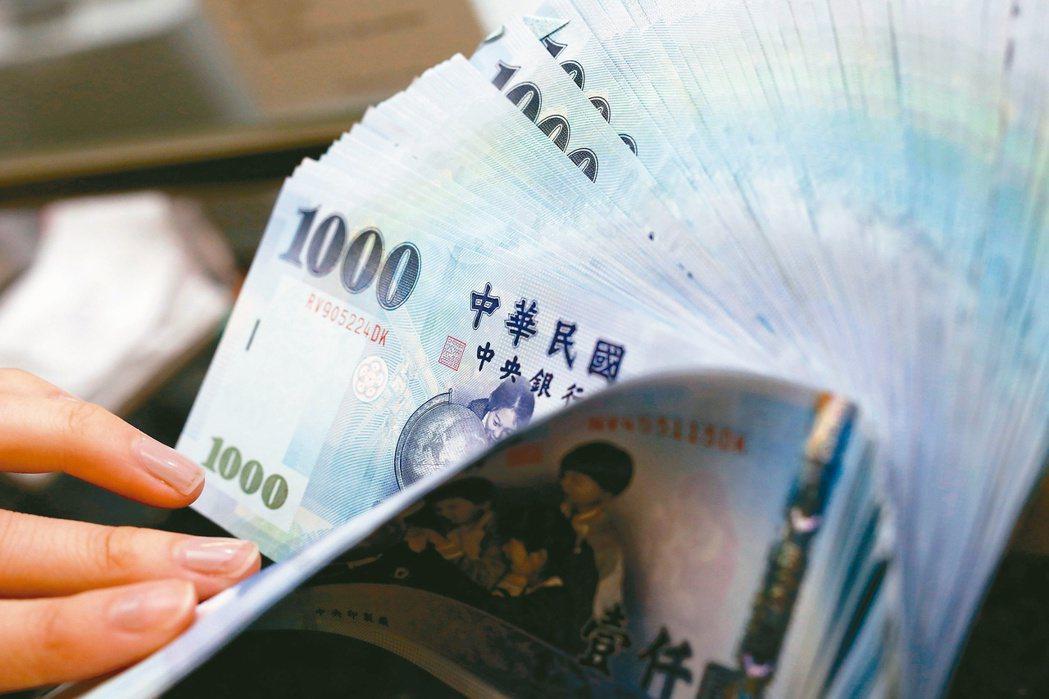 金管會公布國銀最新營運概況,因疫情趨緩,今年4月單月國銀稅前盈餘304億元,比3...