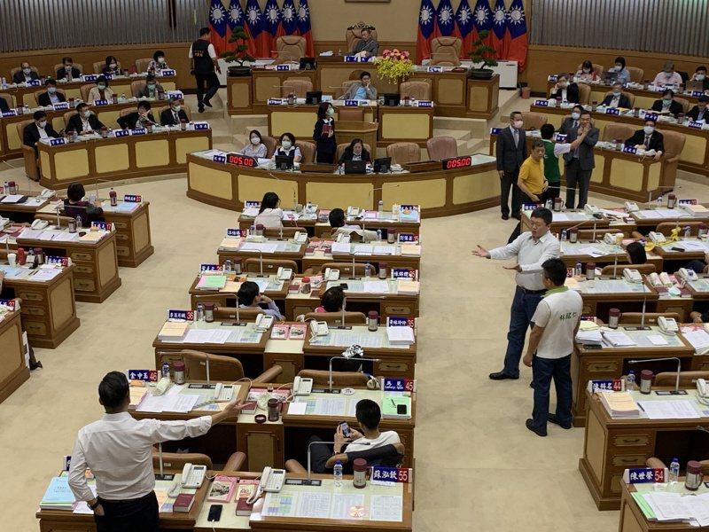 新北市議會昨再爆藍綠衝突。 記者魏翊庭/攝影