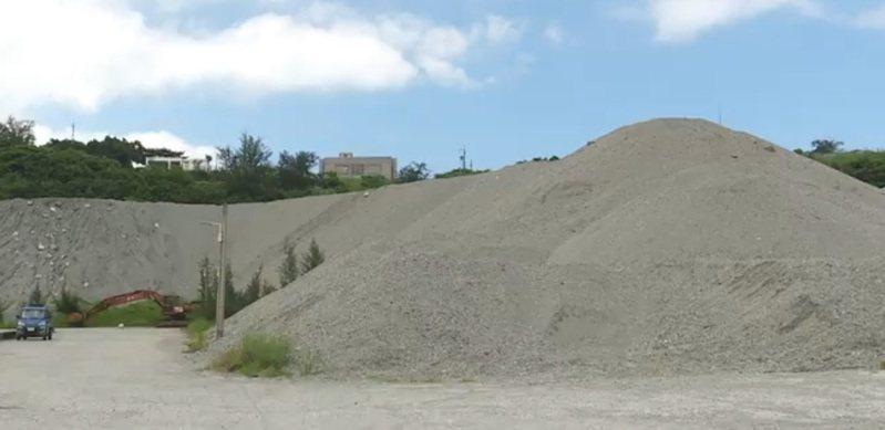 堆積如山的沙石,台東縣議員高美珠建議除了養灘,可做親子沙灘遊憩場或滑沙場,帶動地方觀光。 記者尤聰光/翻攝