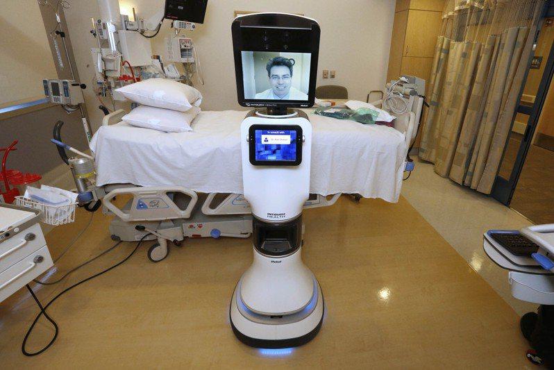 遠距醫療機器人宛如醫師分身,醫師可透過它為患者看病。圖為加州默西聖胡安醫院內的機器人醫師。 美聯社