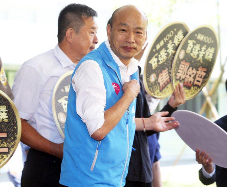 高雄市長韓國瑜出席百選美饌夜市小吃推廣活動,推薦上百家高雄美食小吃。 記者劉學聖/攝影