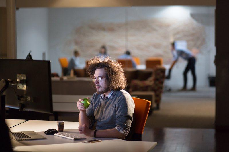 調查顯示,每周工作六天的企業近兩年小幅成長。示意圖/ingimage授權