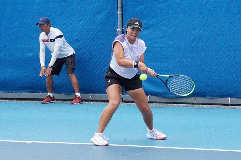 台灣網球女將李亞軒(中)6日將在109年球星防疫盃全國網球錦標賽決賽,再度遭遇對手葛藍喬安娜。 中央社
