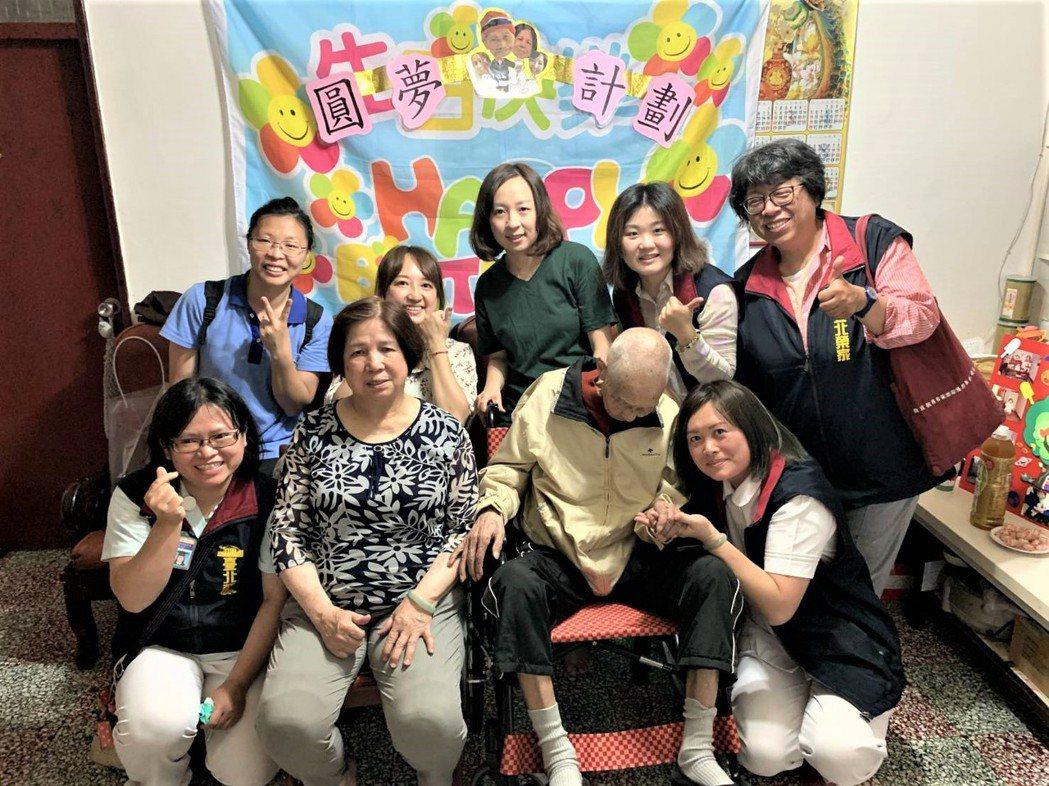 三峽台北榮家日前首度施行「返家圓夢計畫」,安排高齡96歲住民易孟林返家與太太及女...