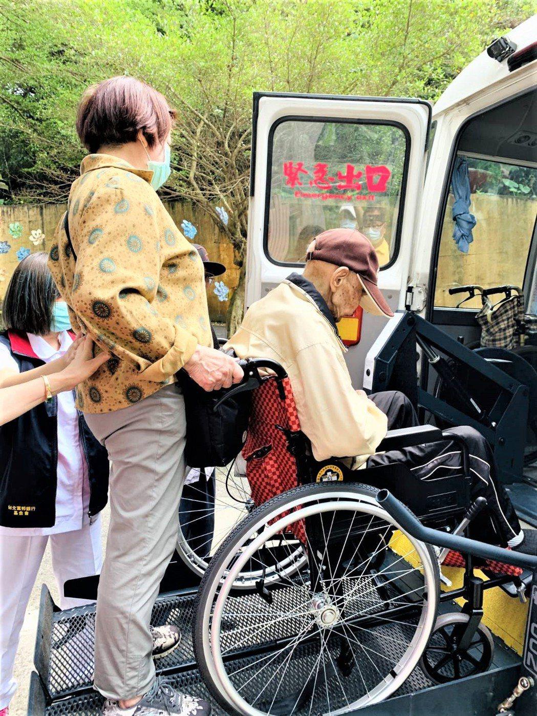 台北榮家攜手車福 助高齡96歲易孟林返家圓夢。 三峽台北榮家/提供
