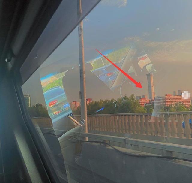 有網友發現李嫣乘車司機正是爸爸李亞鵬。圖/擷自weibo。