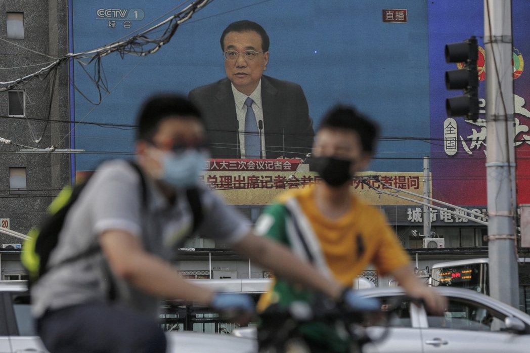 李克強在兩會的會後記者會坦言中國「六億人月收入僅一千元」。 圖/美聯社