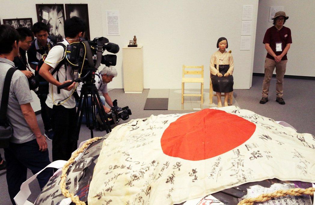「表現不自由展」集結了包括慰安婦、天皇、反核、憲法九條等題材的遭禁作品,該展仍在...