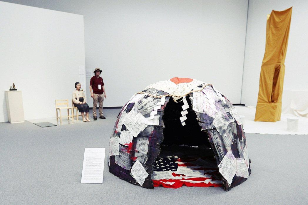 「時代的肖像」:2014年在東京都立美術館展出,作品是由許多與政治、社會相關的標...