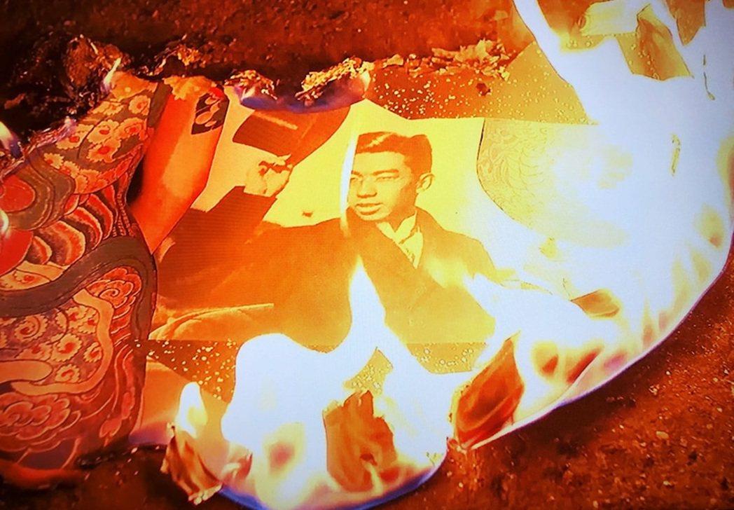 作者在電影《遠近を抱えた女》中,安排了焚燒「懷抱遠近」畫作的場景,表達祈願與昇華...