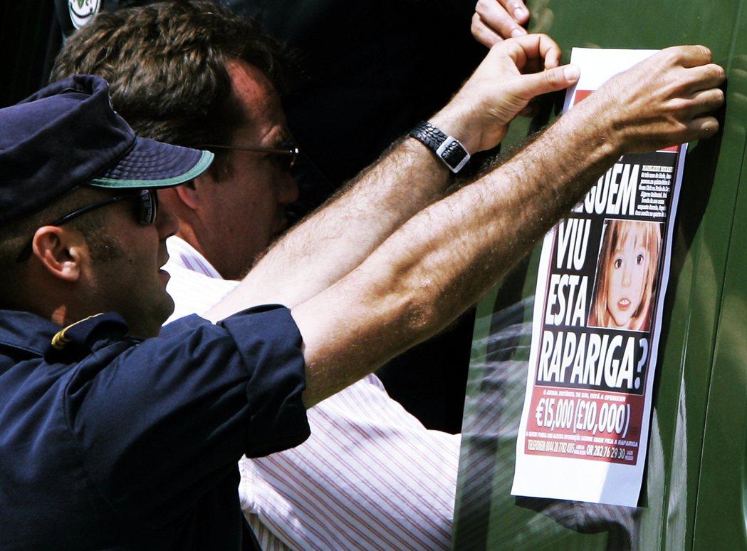 2007年,在街上張貼協尋海報的葡萄牙警察。 圖/美聯社