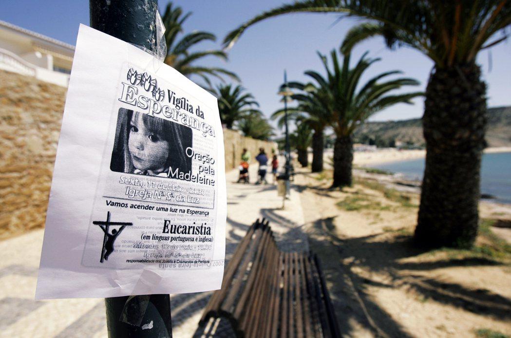 葡萄牙南方的度假勝地盧什(Praia da Luz),案發之後海邊出現瑪德琳的協...