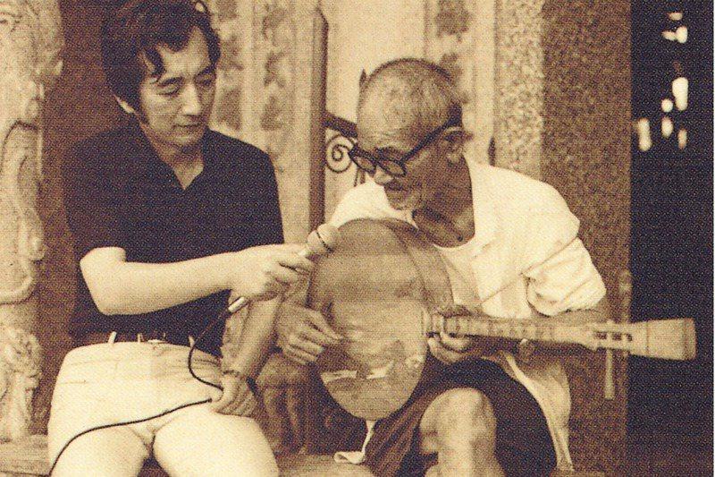 史惟亮、許常惠在1960至1970年發起多次民歌採集運動,掀起社會高潮。圖為許常惠拜訪民間樂人陳達。 圖/取自臺灣音樂群像資料庫