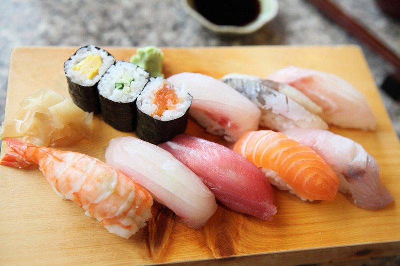 網友好奇「10元壽司是在賺什麼」,貼文立刻掀起熱議。圖片來源/ingimage