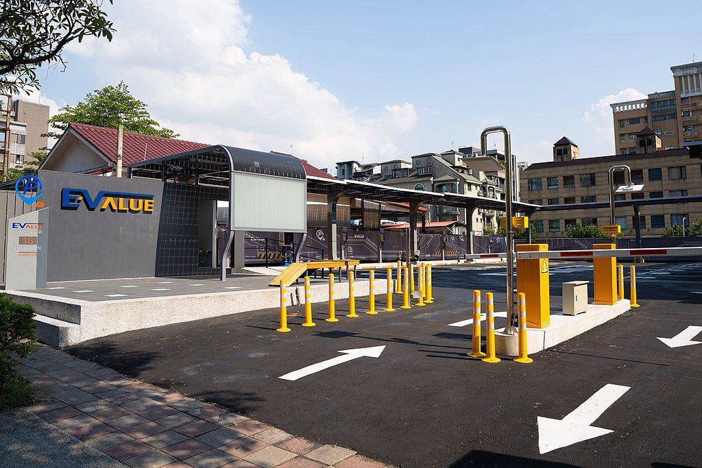 華城電機推出EValue充電站新品牌,首座電動汽車充電停車場於台北市內湖區登場,...
