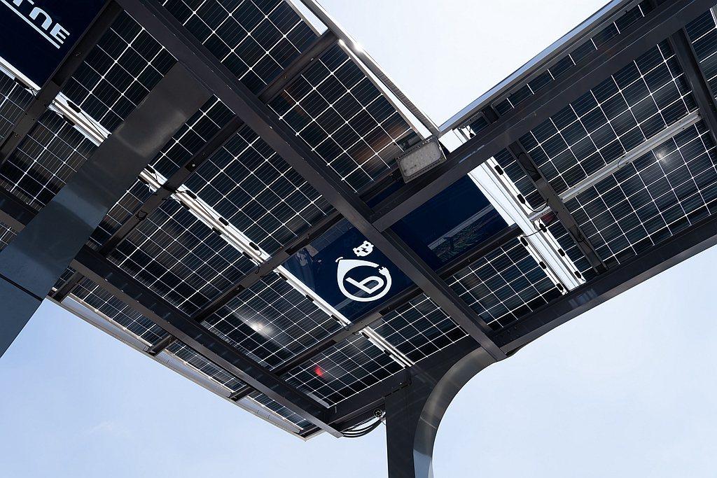 15年前便投身綠能領域的華城電機,旗下首座電動車充電旗艦站每個車位上方皆設有太陽...