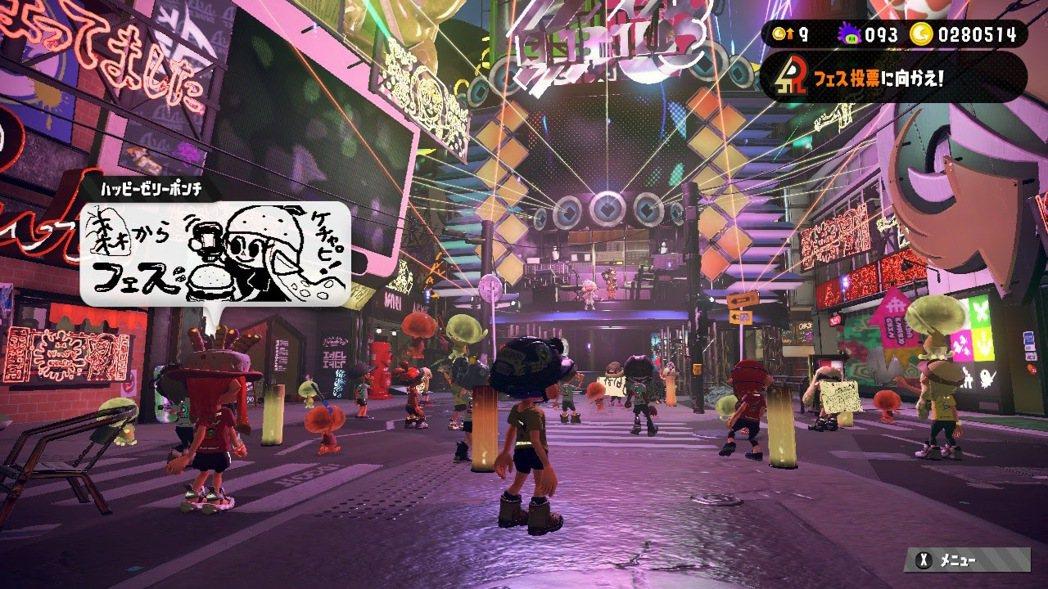 祭典時,城鎮搖身一變成為大型戶外 Live。遠方的舞台可以看見觸手女孩在台上賣力...