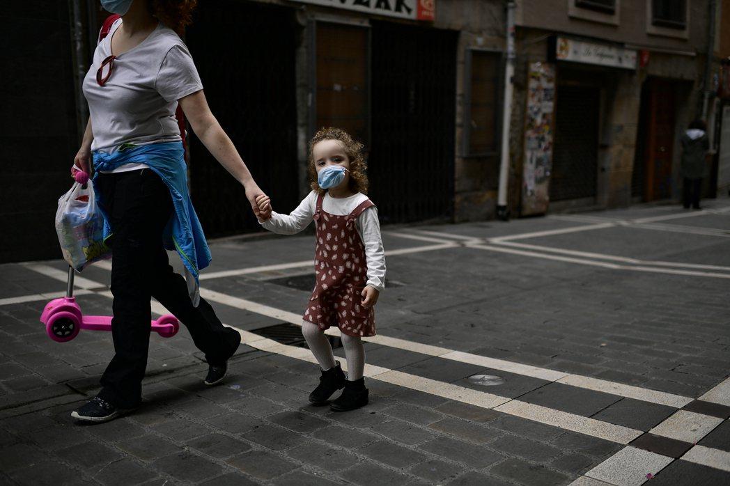 依據勞動部的統計,我國的媽媽們離開職場的第一主因就是照顧子女。 圖/路透社