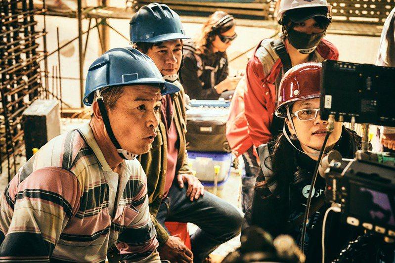 台劇「做工的人」前進真實工地拍攝取景,過程艱辛,導演鄭芬芬(前右)與演員柯叔元(左2)、李銘順(左)在工地現場檢查拍攝畫面。圖/大慕影藝提供