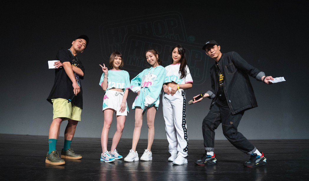 左起主持人YOYO、浪LIVE聯名宣傳大使油米亞、小辣椒、小米、主持人屁王。