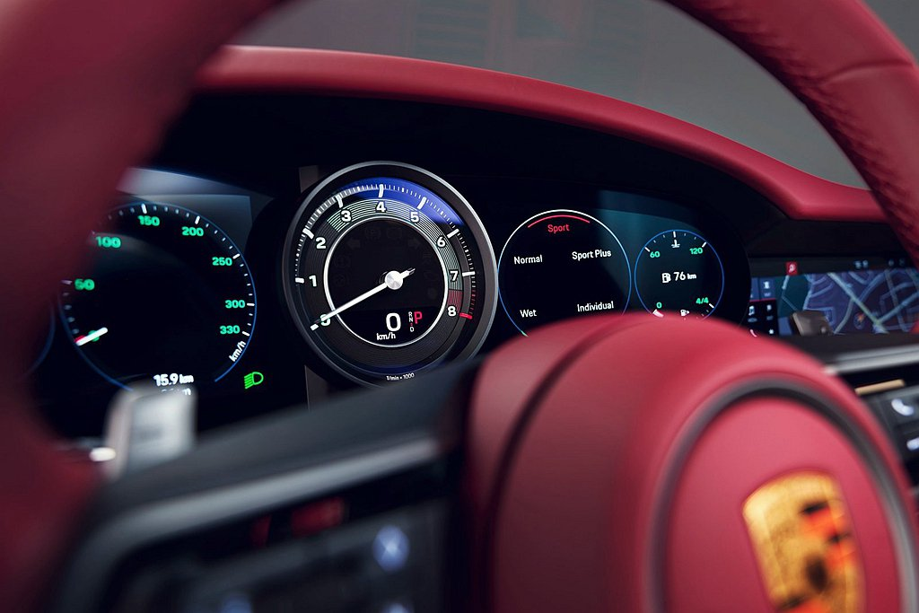 經典的綠色暈光轉速錶與碼錶設計,搭配具孔洞的超細纖維車頂與Exclusive M...