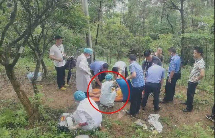 男子帶孕妻爬山,途中羊水破裂,隨後便產下男嬰。圖擷自錢江晚報