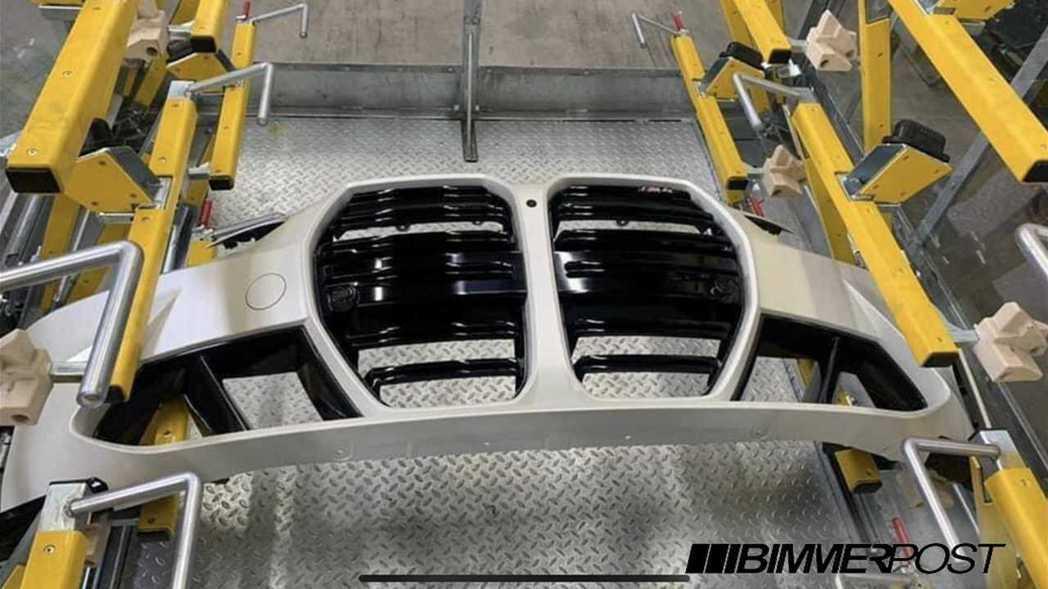 新世代BMW M4 Coupe使用了垂直水箱護罩與前保桿合而為一的設計。 摘自B...