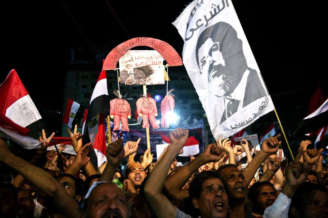 在塞西兵變後,穆斯林兄弟會成員則開始前往開羅,聲援被迫下台、遭拘捕的「合法總統穆...