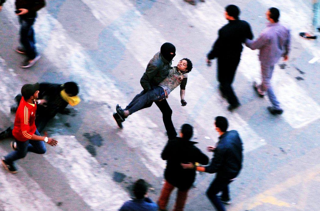 2013年,解放廣場上因遭遇鎮暴警察發射催淚彈而奔走的示威群眾。 圖/路透社