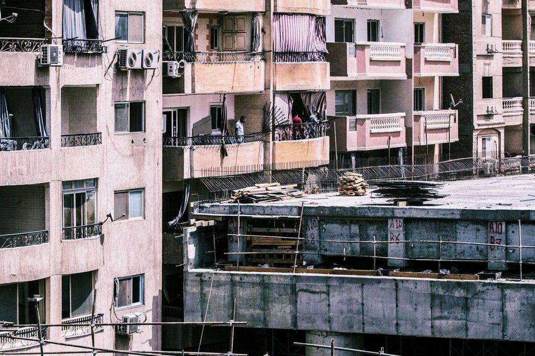 整個故事被悲觀壓抑的情緒籠罩——無論在開羅的人民如何抗爭、如何傾盡全力追求改變,...