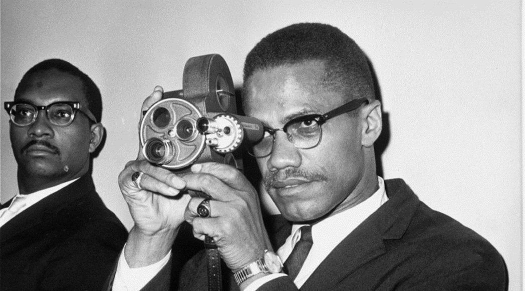 1964年的馬爾坎X。晚其他的路線也有所修正,期待以泛非洲主義、訴諸非洲國家來解...