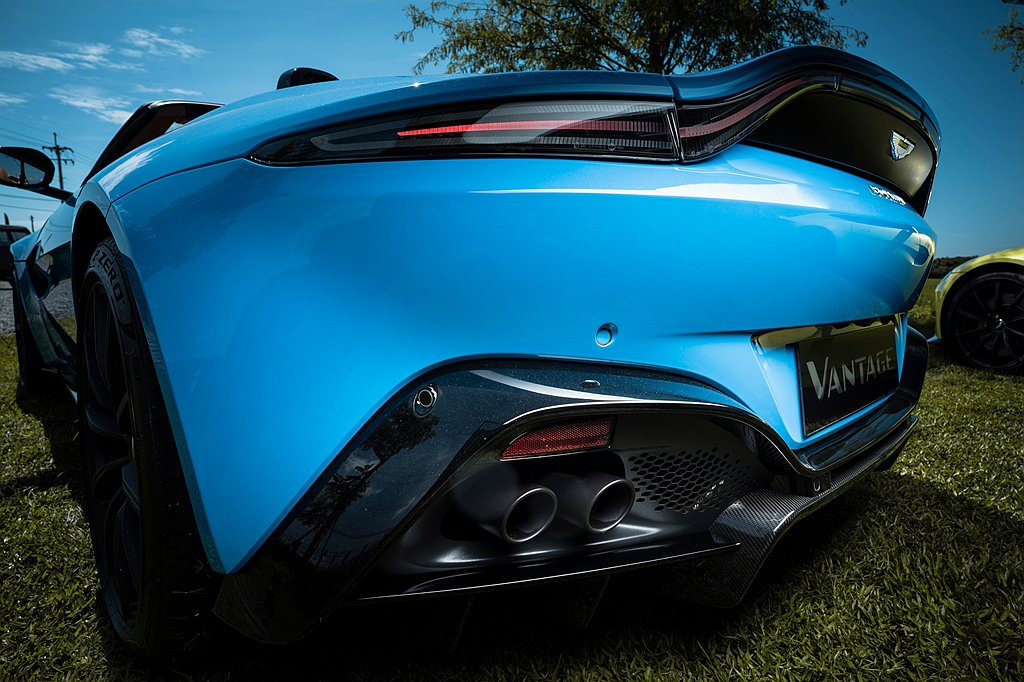 車尾交織斜紋碳纖維後分流器內崁飾板搭配燻黑色尾燈,於原有的野性意象中再添率性風格...