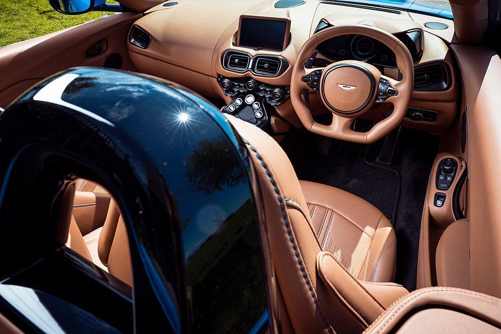 車室配置以Copper Tan為內裝主調,搭配運動化真皮方向盤、特製Q消光交織斜...