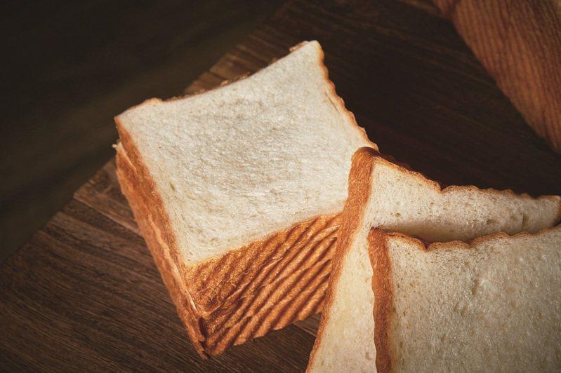 襯著焦褐色斜紋的吐司邊,是「野上麵包坊」白吐司的特色。 攝影-黃政達