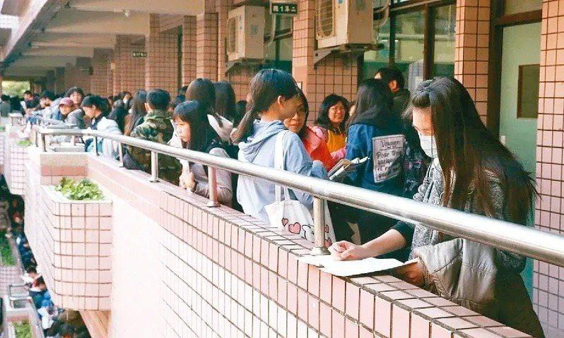 近21萬人報名的國中會考今天上午8時起開放查詢成績。本報資料照片