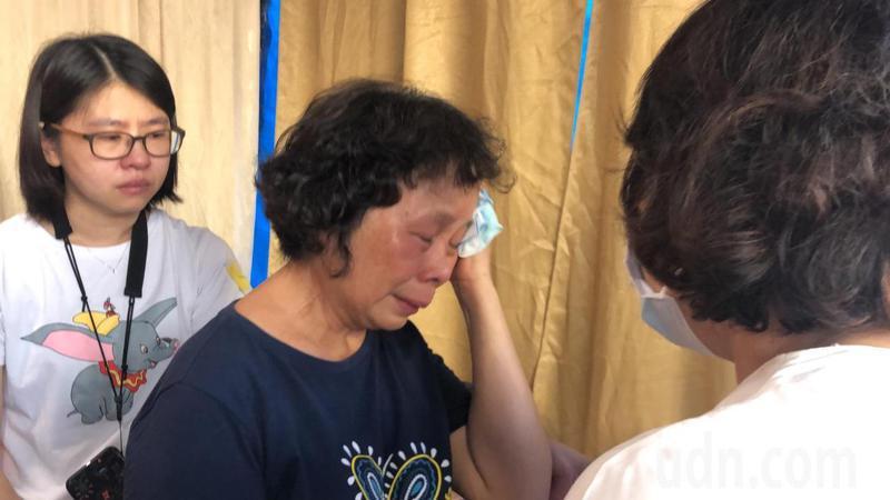李承翰母親張秀珍(中)見到市長黃敏惠,忍不住頻頻拭淚。記者李承穎/攝影