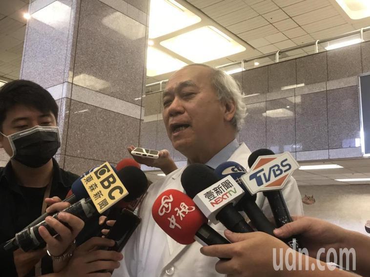 顏清標今天出院,主治醫師陳肇隆出面說明病情。記者徐白櫻/攝影