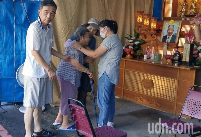 李承翰父親過世,祖母今早來到靈堂泣不成聲。記者李承穎/攝影