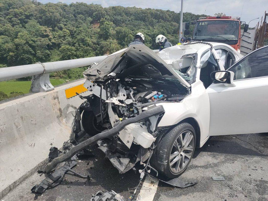 中苗交界的新義里大橋昨天中午12點多發生轎車與砂石車碰撞車禍,轎車內5人2死3重...