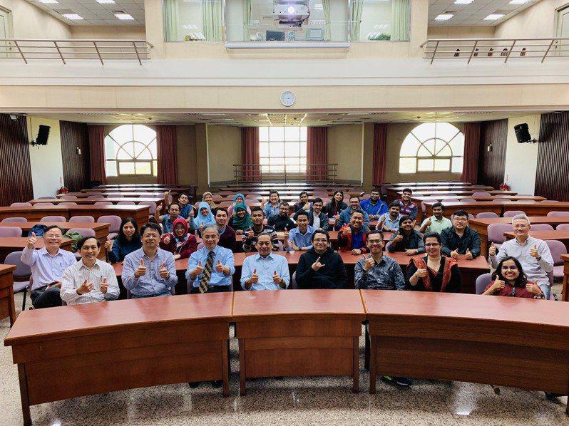 朝陽科大校長鄭道明(前排左四)致力提升國際學術聲望,吸引優秀的境外博士生投入研究團隊。圖/朝陽科大提供