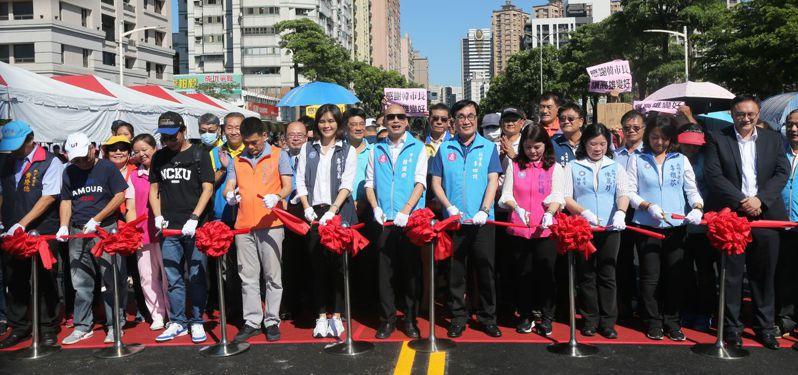高雄市長韓國瑜今天持續拚市政行程,圖為他昨天下午參加綠園道工程通車典禮情況,支持者簇擁打氣。本報資料照片