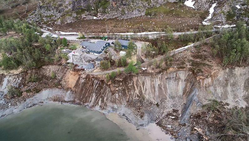 挪威北部阿爾塔市近郊海岸3日發生土地崩塌,8棟房屋跟著滑落海中,所幸無人傷亡。有關單位事後派出空拍機則拍到現場一片狼藉,還有更多土石持續滑落。美聯