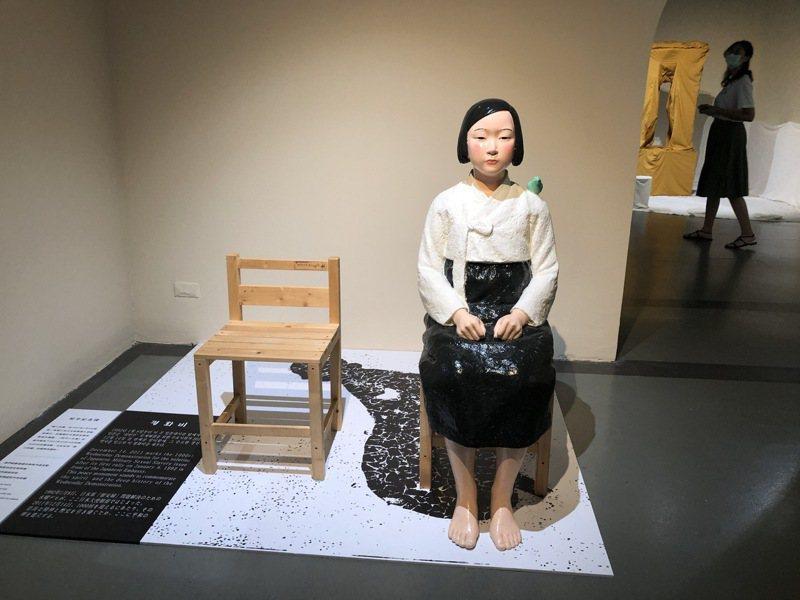 台北當代藝術館「表現の不自由展」,展出南韓藝術家金運成等人所做「和平少女像」,指的就是南韓慰安婦,作品在日本一直被拒絕展出。記者何定照/攝影