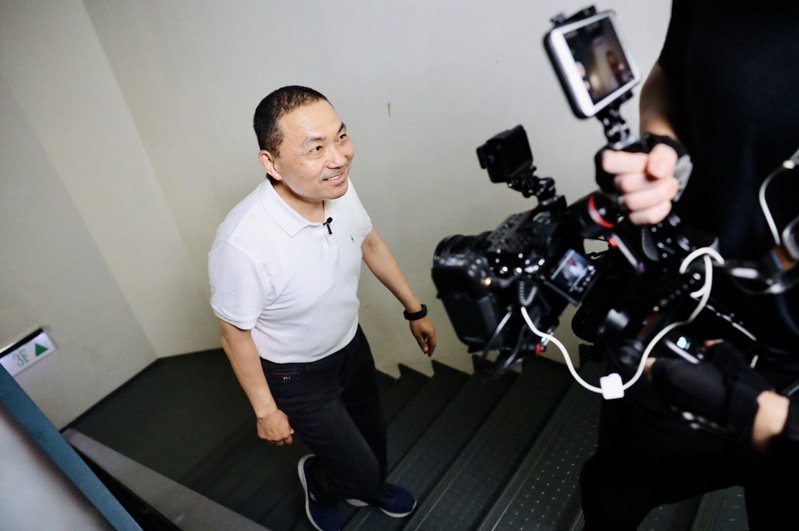 新北市長侯友宜回應中山國小謝承典的心願,爬上18層樓梯上班。圖/新北市環保局提供